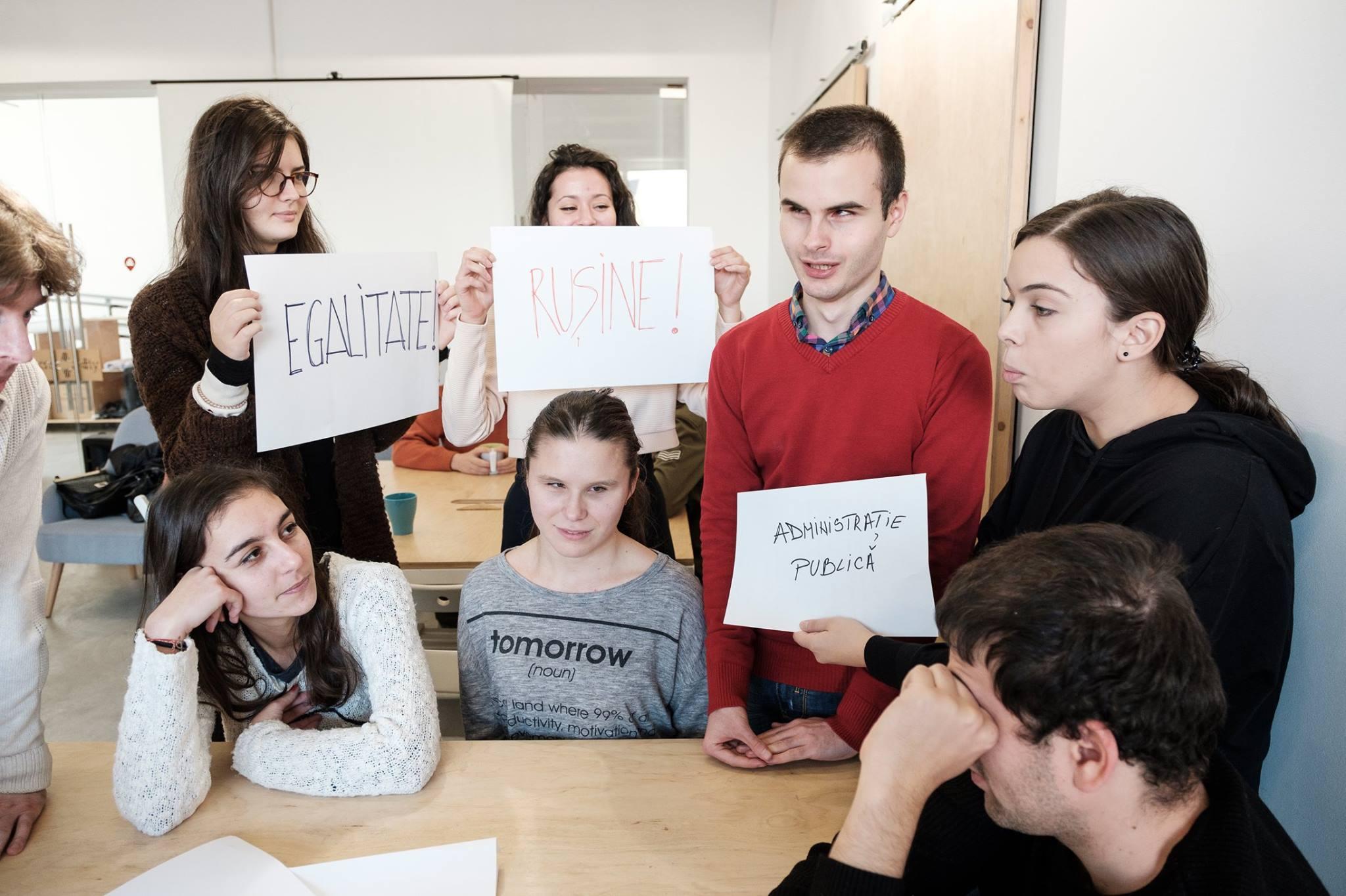 "Descriere foto: reprezentanti ai societatii civile protesteaza cu mesaje ""Egalitate"" si ""Rusine"", in cadrul exercitiului."