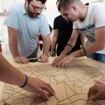Participanti exploreaza harta tactila la atelierul de urbanism