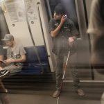 Participant nevazator cu baston, in metrou in drum spre statia Izvor.
